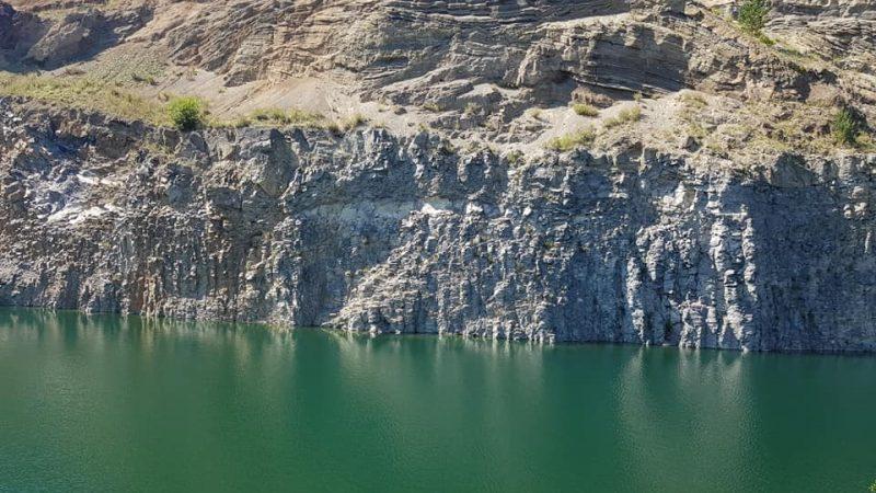 Un lac de culoarea smaraldului