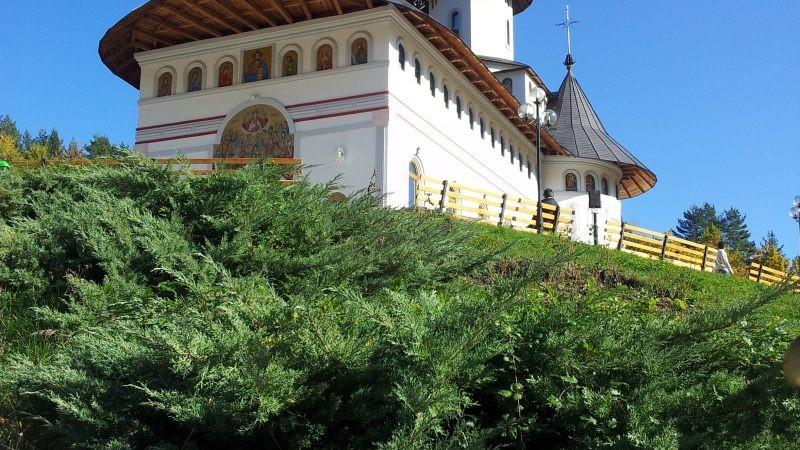 Pe-un picior de plai, pe-o gură de rai…Mănăstirea Pângărați