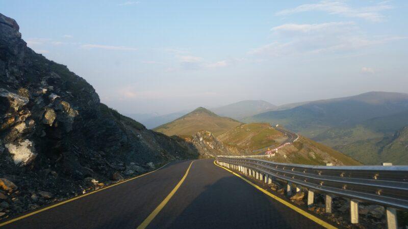 Drumul care străbate Munții Parâng